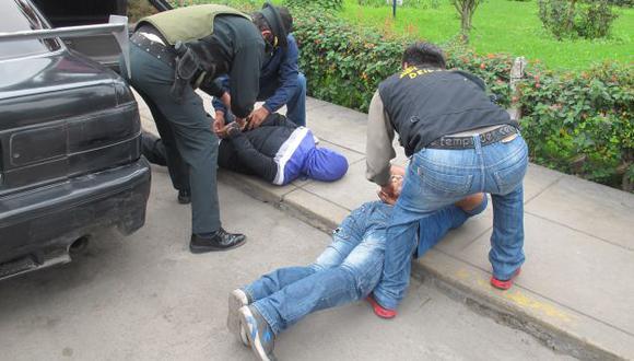 A los delincuentes se les encontró droga y un revólver. (Natali Florian/Trome)
