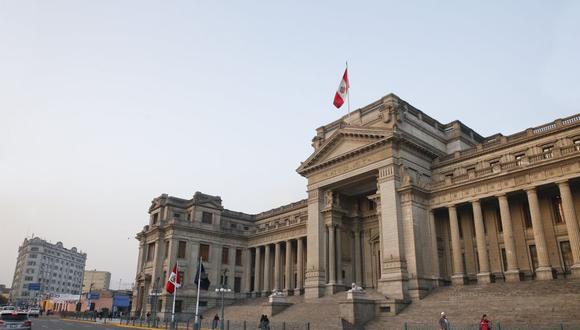 Esta madrugada la Policía Nacional ejecutó el desalojo del cuarto piso del Palacio de Justicia, en el Centro de Lima. (USI)