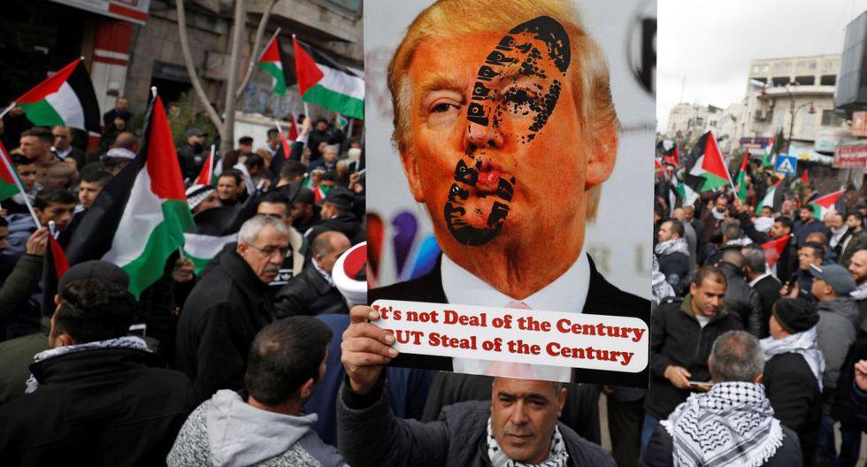 Miles de palestinos rechazaron este martes el plan de paz de Estados Unidos en la ciudad cisjordana de Ramala, en una masiva protesta convocada horas antes de que el presidente palestino, Mahmoud Abás, intervenga en la ONU. (Reuters).