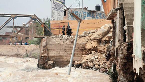 Nadie se responsabiliza. Un pequeño aumento del caudal del río Rímac generó filtraciones en Chosica por una obra mal hecha. (Andina)