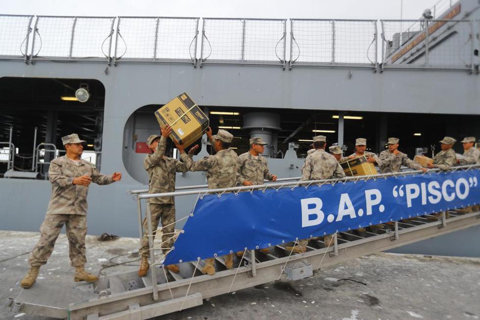 Personal del Ejército y la Marina realizan las acciones desembarco del material de ayuda. (Presidencia)
