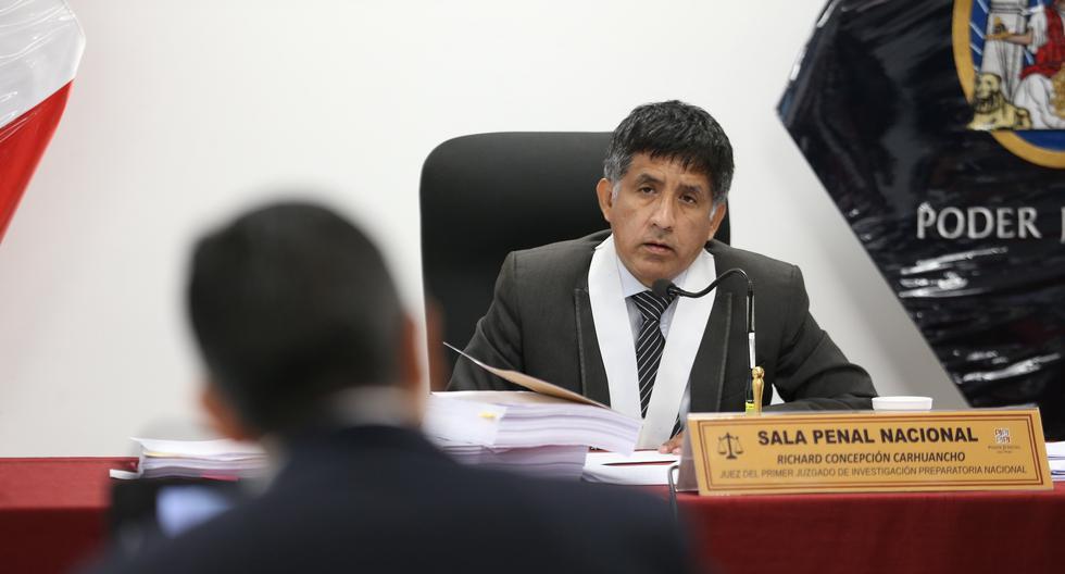 En todo momento, el juez Concepción Carhuancho mantuvo abrazada a la menor. (GEC)