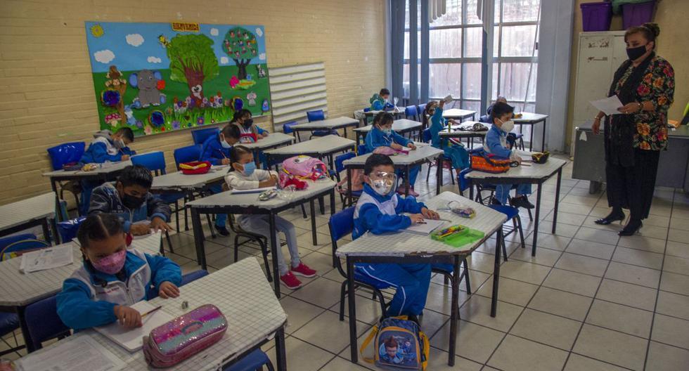 Los niños asisten a una clase sobre la reanudación de las clases presenciales en la Ciudad de México, el 7 de junio de 2021. (CLAUDIO CRUZ / AFP).