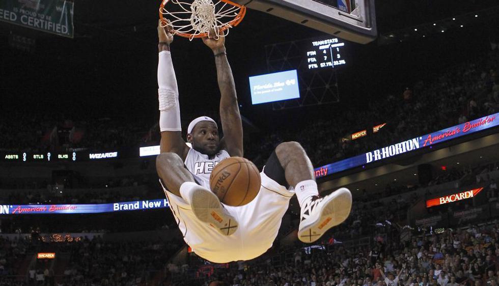 LeBron James, el rey sin corona, el que se escondía en los momentos cumbres, rompió con su dinámica perdedora y conquistó su primer anillo con Miami Heat. Lo hizo como MVP de la liga y MVP de las finales. Luego ganaría el oro en Londres 2012. (Reuters)