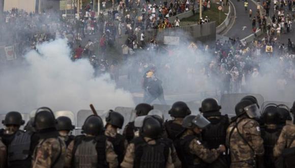 Batalla campal. En las cercanías del estadio Mineirao, la Policía se enfrentó a los manifestantes. (AP)