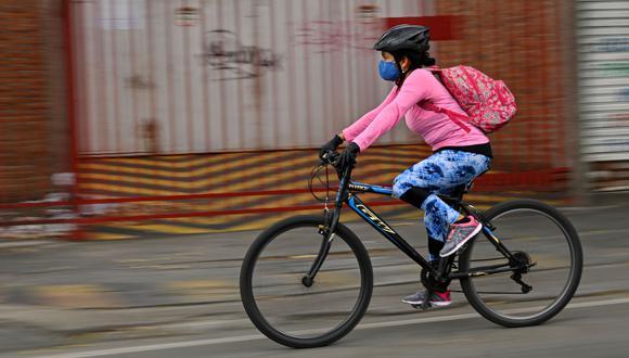 Son tiempos de pedalear para reducir los riesgos de contagio. (AFP / Luis ROBAYO).