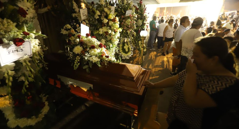 Familiares de las víctimas mortales de la deflagración en Villa El Salvador velan restos de sus parientes en carpas instaladas en plena vía pública. (Foto:  Eduardo Cavero/GEC)