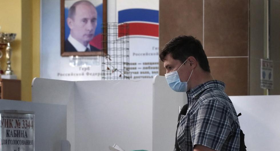 Imagen referencial. Un hombre es visto votando en el referéndum que autoriza a Vladimir Putin a permanecer potencialmente en el poder de Rusia hasta 2036. (EFE/EPA/MAXIM SHIPENKOV).
