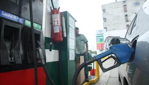 La gasolina 84 octanos bajó de 5.65 a 5.55 soles reduciendo 0.13 soles o 2.29% por galón, incluidos impuestos, cuya equivalencia es 0.17 soles. (Foto: GEC)