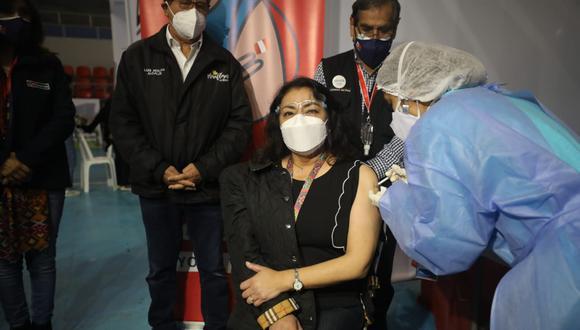 La presidenta del Consejo de Ministros, Violeta Bermúdez, recibió la primera dosis de la vacuna contra la COVID-19. Foto: Britanie Arroyo/@photo.gec