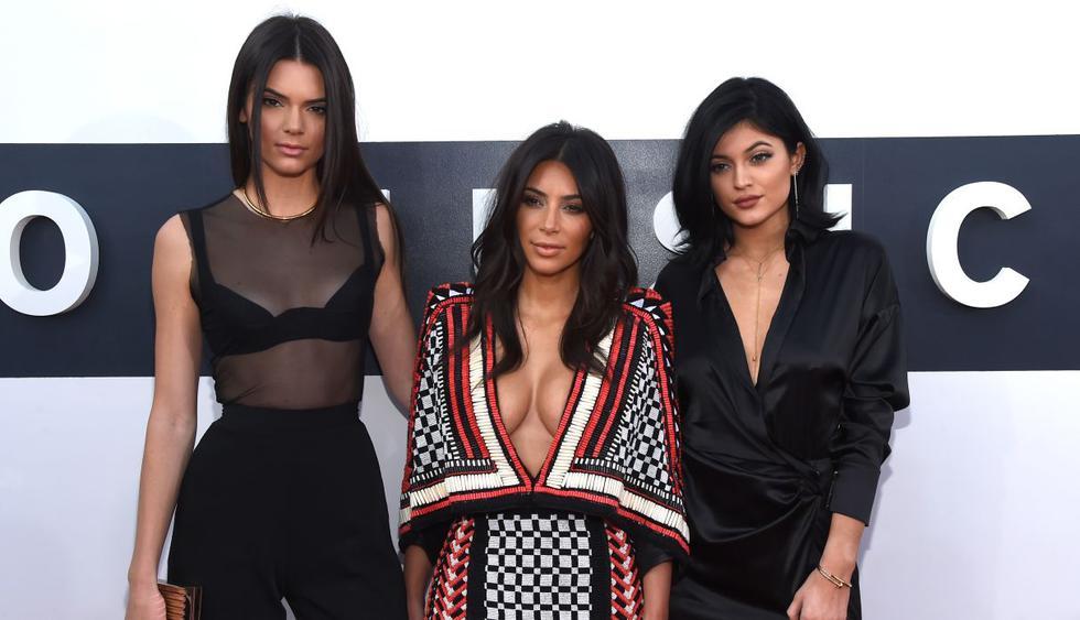 Pese a que se pasea por el mundo, Kim Kardashian no olvida a sus hermanas. (Foto: AFP)