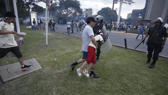 Durante los enfrentamientos producidos en las marchas, los derechos de muchos hinchas fueron vulnerados. (GEC)