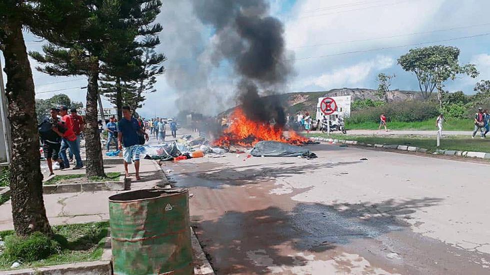 Ciudadanos brasileños se manifestaron contra la presencia de inmigrantes venezolanos en la localidad fronteriza de Pacaraima, en Brasil. (EFE)