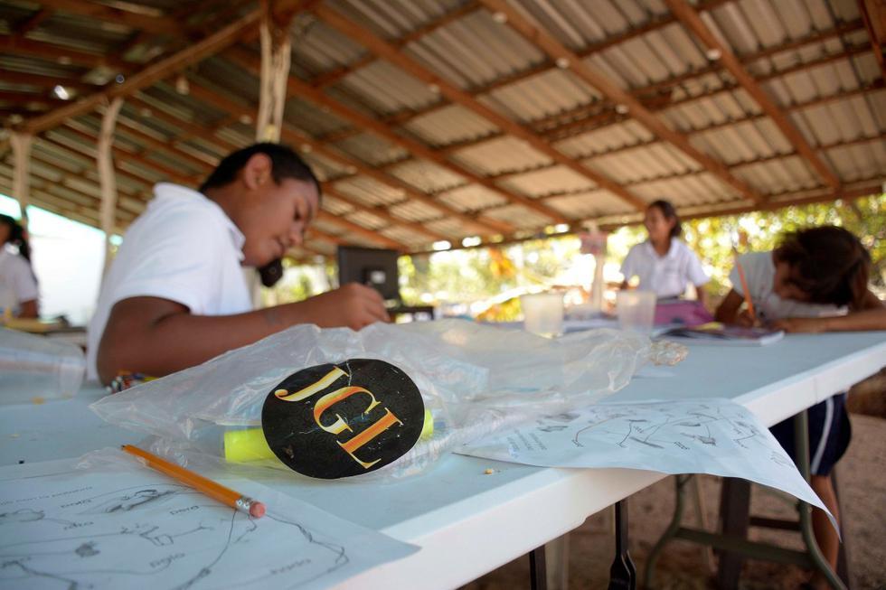 """Hijos del exnarcotraficante mexicano Joaquín """"El Chapo"""" Guzmán ayudaron a construir una escuela improvisada cerca de la norteña ciudad mexicana de Culiacán para familias sin acceso a clases en línea durante la pandemia de coronavirus, dijeron los lugareños."""