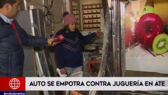 Combi impacta contra negocio de juguería. El conductor del vehículo señaló que no tiene dinero para cubrir los gastos. (Foto: América TV)