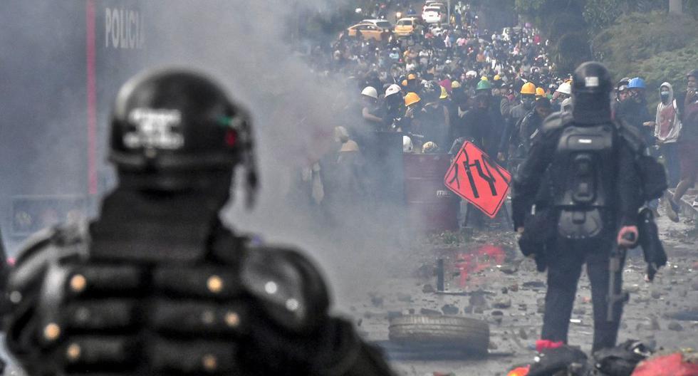 La policía antidisturbios choca con manifestantes en una nueva protesta contra el gobierno del presidente colombiano Iván Duque en Medellín, Colombia, el 2 de junio de 2021. (JOAQUIN SARMIENTO / AFP).