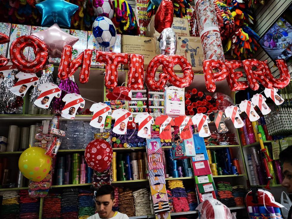 Contigo, Perú. Globos metálicos con frases como Te amo Perú, se venden a S/8.