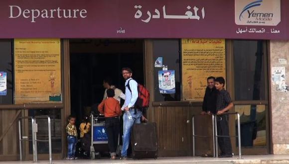Extranjeros llegan al aeropuerto de Saná, capital de Yemen. (AFP)
