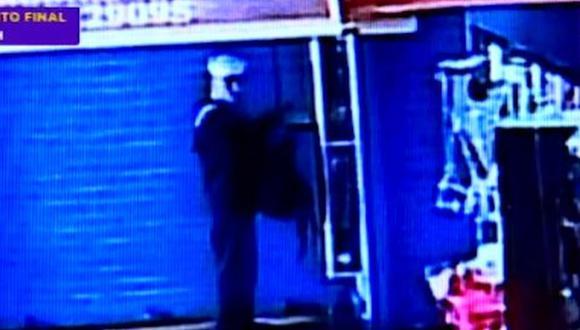 La grabación que muestra al sujeto vestido de marino robando en una tienda fue difundida en varios medios de comunicación. (Foto: Captura/Latina)