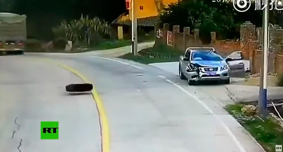 Se salvó milagrosamente de ser aplastado por dos neumáticos que se desprendieron de un camión en una carretera de China. (Foto: Captura de YouTube)