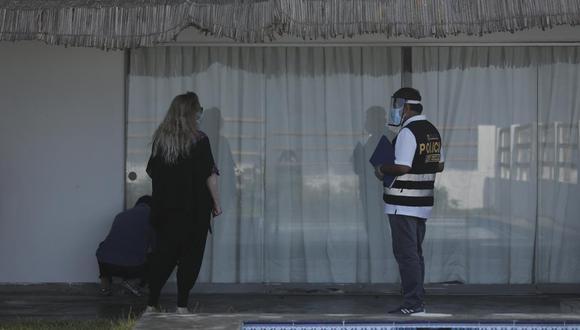 Efectivos de la Divsepen acudieron a la casa de Susana Villarán en Lurín para inspeccionarla por segunda vez. (Leandro Britto/GEC)