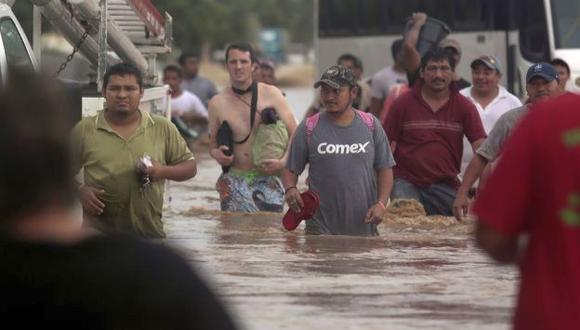 Visitantes nacionales y extranjeros tratan de huir de Acapulco. (AFP)