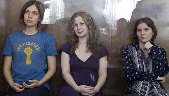 Nadezhda Tolokonnikova, Maria Alyokhina y Yekaterina Samutsevich durante lectura de sentencia. (Reuters)