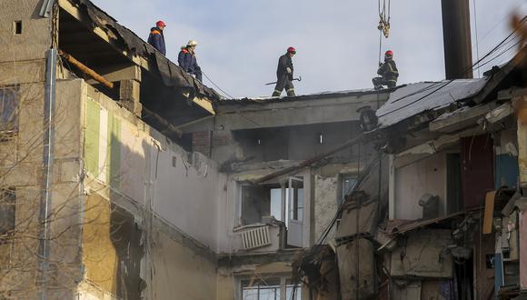 Las labores de rescate en el edificio caído, ubicado en Magnitogorks, Rusia. (Foto: AP)