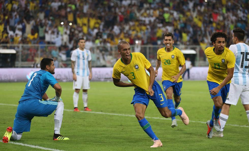 Brasil venció 1-0 a Argentina en el último minuto en amistoso internacional. (AFP)