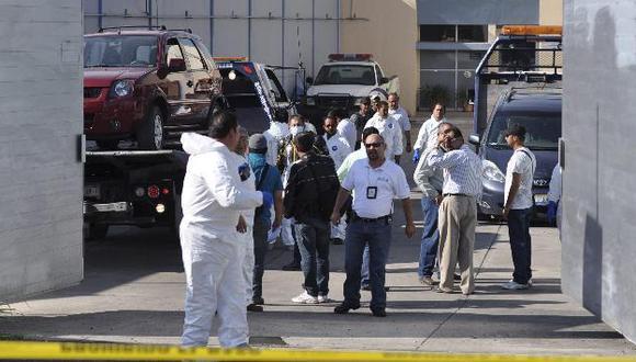 Forenses analizan los restos abandonados en las camionetas. (Reuters)