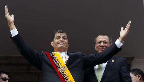 Con la pierna en alto. Correa considera que la mayoría de la prensa le hace daño a la democracia. (AP)