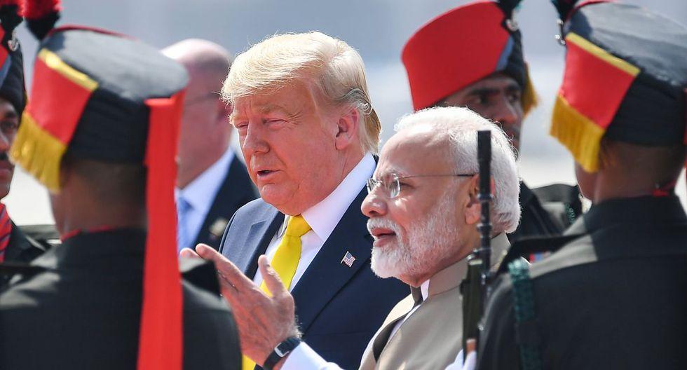 El primer ministro de la India, Narendra Modi, saluda al presidente de los Estados Unidos, Donald Trump, a su llegada al aeropuerto internacional Sardar Vallabhbhai Patel en Ahmedabad. (AFP)