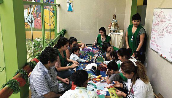A TRAVÉS DEL JUEGO. Voluntarios en una sesión de trabajo con pacientes del Hospital del Niño.  (Aprendo contigo)