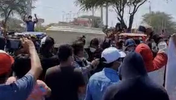 """Piura: Decenas de asistentes a velorio de exrecluso Luis Alberto Torres Farfán (43), """"El Muco"""", abatido por la policía en un enfrentamiento, se olvidan del distanciamiento y hasta bailan con el féretro."""