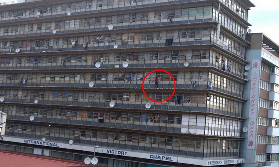 Multitud lo incitó a suicidarse y hombre se lanzó de edificio. (Deo Khoza)