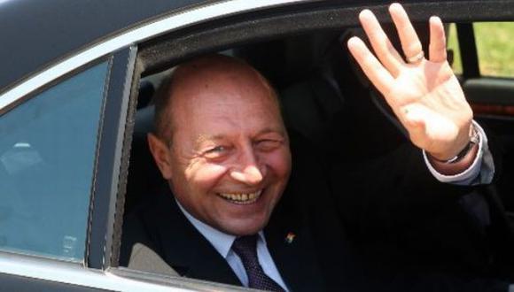 Basescu arribó en un vuelo privado a la base aérea del grupo militar número 8. (Andina)
