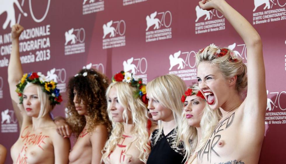 Las feministas de Femen se mostraron hoy en topless en el encuentro con la prensa gráfica del Festival de Venecia. (AP)