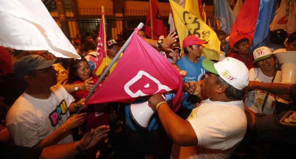 Hubo un pequeño enfrentamiento entre los simpatizantes de Perú Posible y Peruanos por el Kambio. (Renzo Salazar)
