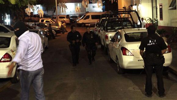 Policías custodian en las afueras del hotel, en Acapulco. (AP)