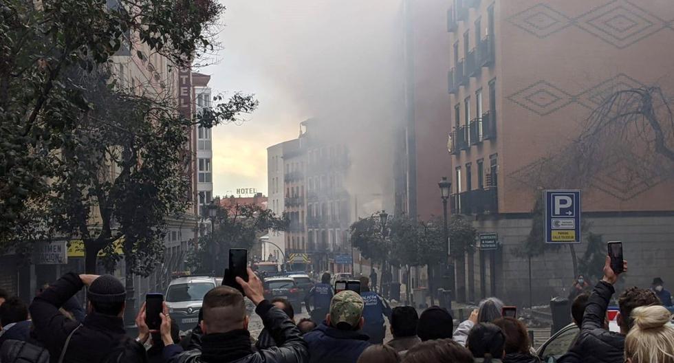 Una fuerte explosión ha provocado en torno a las tres de la tarde el derrumbe de parte de un edificio en la calle Toledo de Madrid, sin que por el momento hayan trascendido si hay fallecidos ni heridos. (EFE/ Jake Threadgould).
