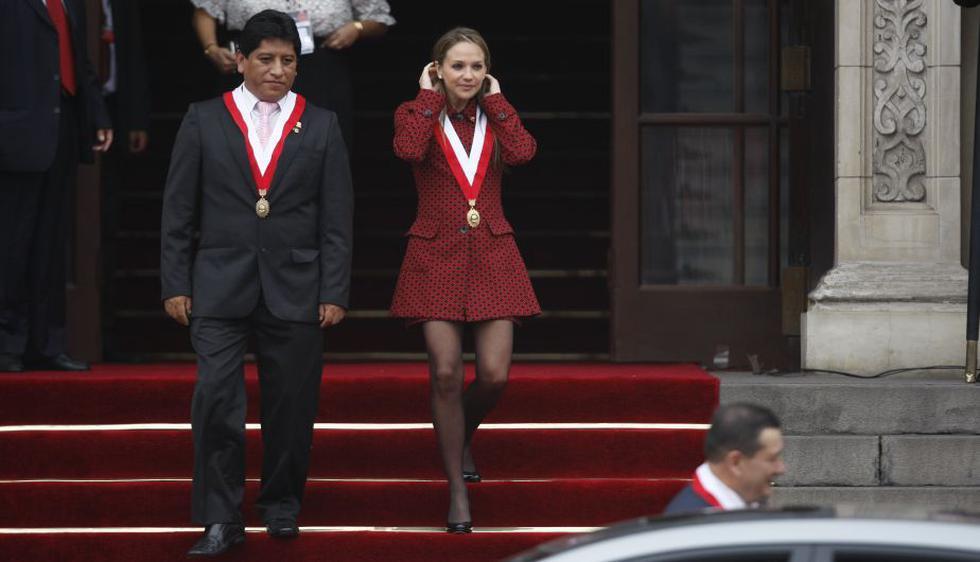 La parlamentaria aprista atrajo miradas durante su paso por la Plaza Mayor. (Luis Gonzales/Peru21)