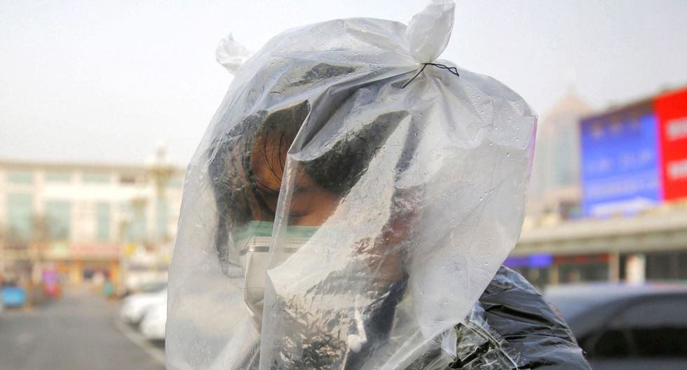 La demanda diaria de mascarillas en el país asiático se sitúa entre 50 y 60 millones. En esta situación, hay quien ha aprovechado para tratar de vender mascarillas falsificadas y se han dado varias noticias de operaciones de las fuerzas de seguridad contra esos oportunistas. (EFE).
