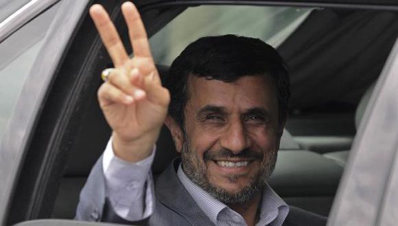 """Ahmadineyad llegó hoy a Cuba e hizo la """"V"""" de victoria. (Reuters)"""