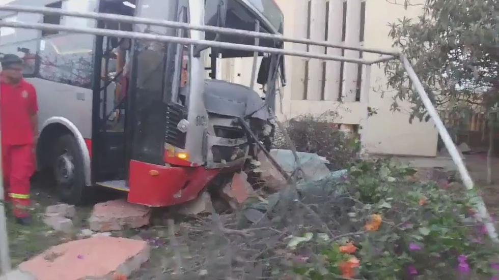El bus, que cubre la ruta Javier Prado, no llevaba pasajeros.  (Twitter: @SilviaG_G77)