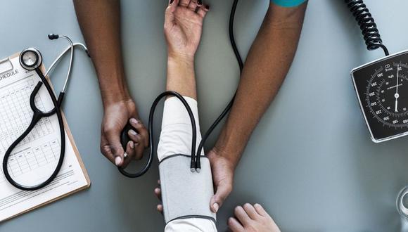Visita al doctor periódicamente para controlar la presión arterial y para que recibas medicamentos en forma regular, nunca te automediques. (Foto: Pixabay)