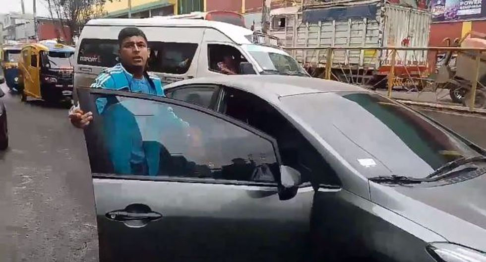 San Juan de Miraflores: Conductor dejó en medio de la pista su auto y ofende a periodista. (Twitter/FernandoLlanos)