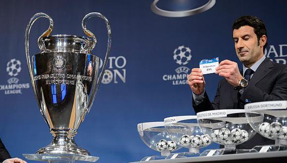 Luis Figo fue el anfitrión de la ceremonia del sorteo de la Champions League. (AP)