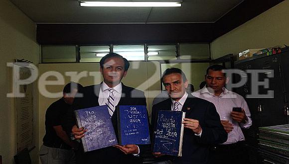 Parlamentarios Díaz Dios y Becerril muestran los libros de visitas hallados en San Jorge. (Pilar Sánchez)