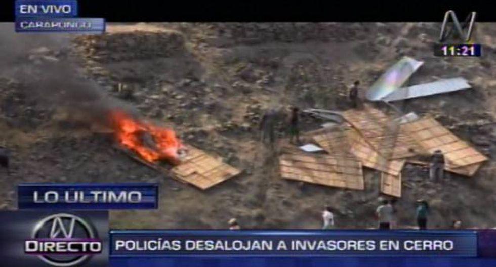 Policía desaloja con bombas lacrimógenas a invasores en cerro de Carapongo. (Captura de TV)