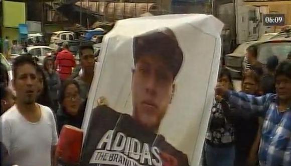 Erick Brandon Carbajal Zevallos, de 24 años, estaba ofreciendo sus servicios cuando un grupo de sujetos se hizo pasar como pasajeros. (América TV)
